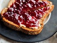 Сладко от ягоди и малини в захарен сироп с лимонтузу в бурканчета за зимата